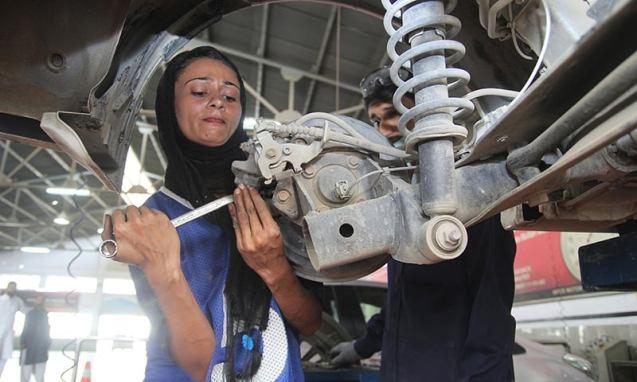 PAKISTAN-WOMEN-MOTOR-MECHANIC